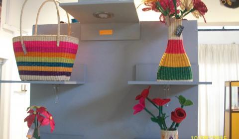 Canastas coloridas y flores en sus respectivos floreros.