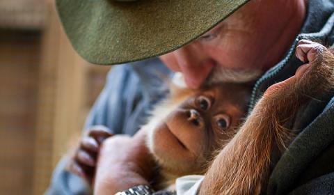 Ignacio Pardo con uno de los primates que cria
